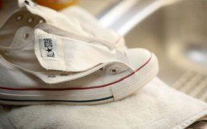 Как почистить белые кеды из ткани в домашних условиях