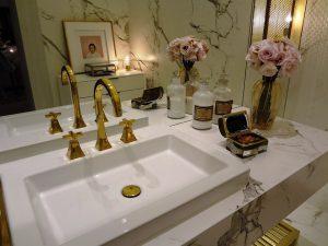 Как помыть и чем почистить зеркало без разводов