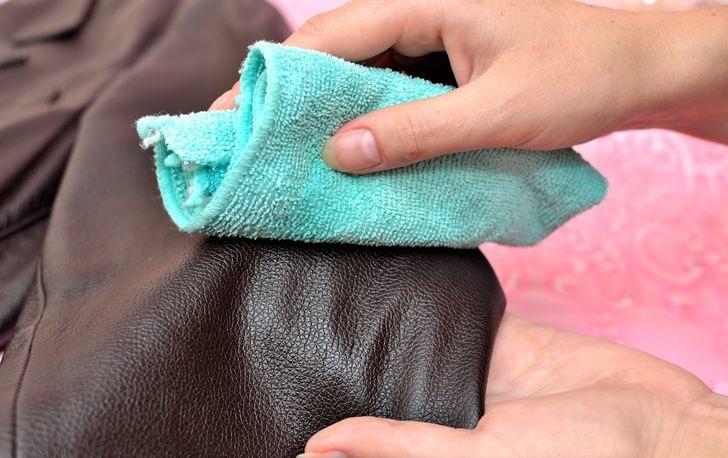 Как удалить жирные пятна с кожаных вещей фото