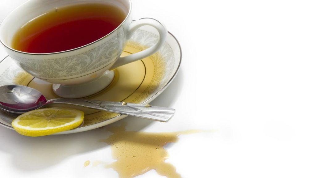 Чем отстирать пятна от чая на цветной
