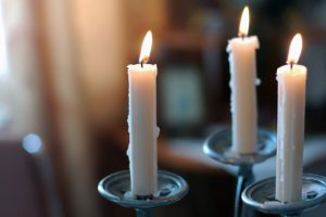 Как убрать воск с одежды от свечи: способы удаления